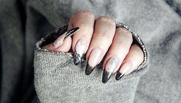 Французский маникюр на длинных ногтях.
