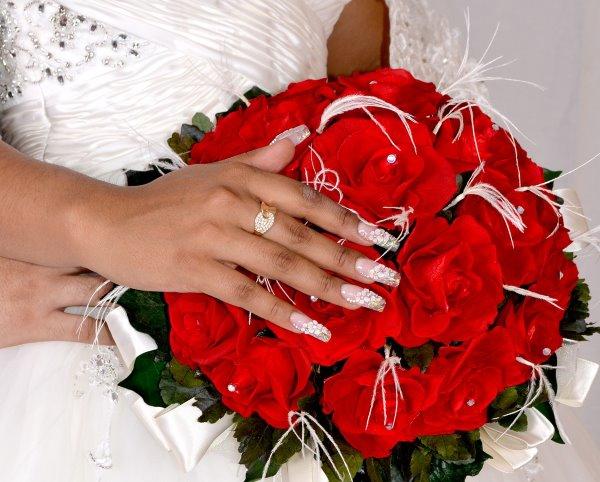 Белый кружевной маникюр на свадьбу.