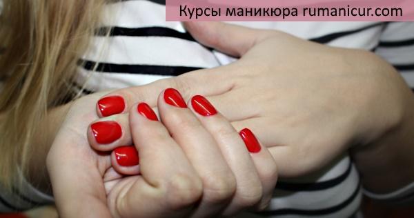 Классический обрезной маникюр в красном цвете.