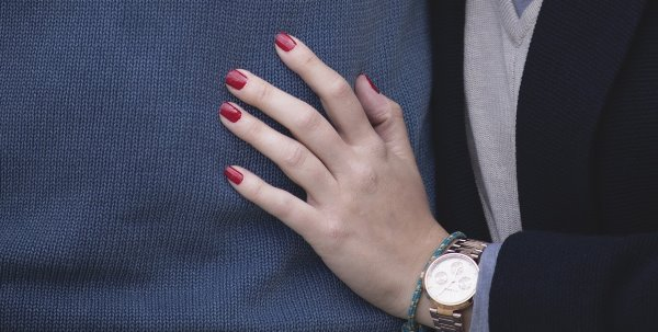 Тёмнокрасный маникюр на коротких ногтях.