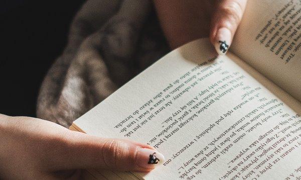 Рисунок кошечек на ногтях.